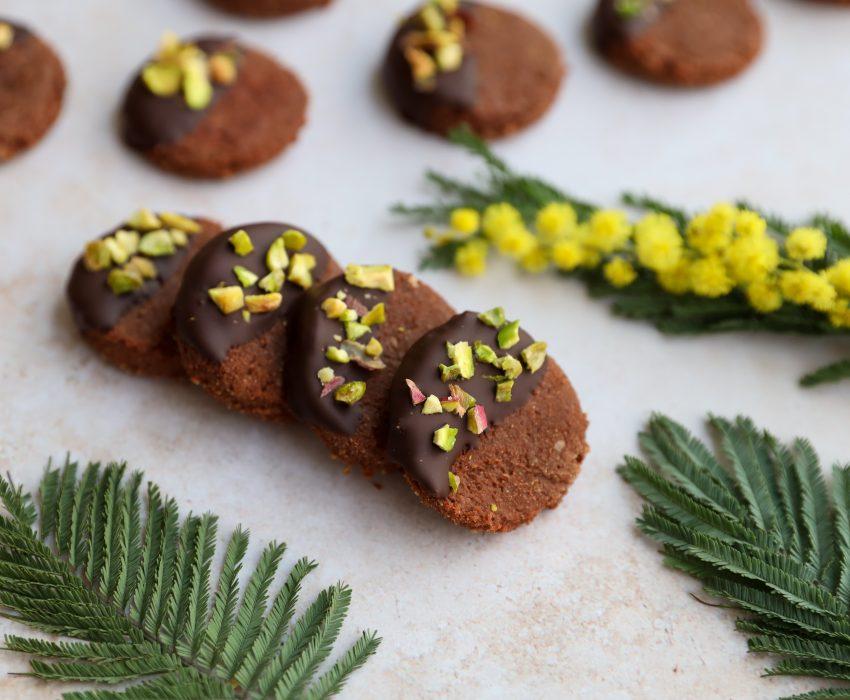 Cocoa and pistachio cookies